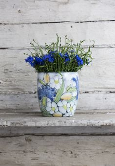 Kesä (Summer) vase is part of the Pentik Studio range. A beautiful, summer-colored vase is cm in size. Kesä series also includes a plate. Colored Vases, Ceramic Art, Home Art, Planter Pots, Range, Pottery, Hand Painted, Plates, Ceramics