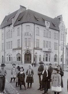 Lapsia Sörnäisten Uuden Apteekin talon, Itäinen viertotie 34 (Hämeentie 33), edessä. Helsingin kaupunginmuseo Aschan K. A. , apteekkari (Valokuvaaja) 1903. Old Pictures, Old Photos, History Of Finland, Before Us, Helsinki, Old World, The Past, Street View, Seen