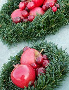 Bær og frugter giver en smuk kontrast til de fleste dekorationer – pigeonæblerne kræver blot en blød klud for at komme til at stråle – det samme gør sig gældende for de fleste paradisæbler, og glem så ikke de fine små tranebær der er en hel lille dekoration i sig selv