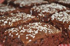 Anne Karin`s Mat og Vin: Barnas favorittkake - Sjokoladekake i langpanne Food N, Food And Drink, Something Sweet, No Bake Desserts, Let Them Eat Cake, Allrecipes, Cake Recipes, Nom Nom, Sweet Tooth