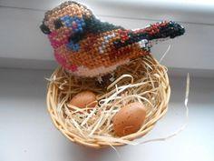 Vyšívaný vtáčik v hniezde. Autork: Evonka. Jar, jarné dekorácie, veľká noc, vyšívanie, diy, ručné práce, hand made. Artmama.sk
