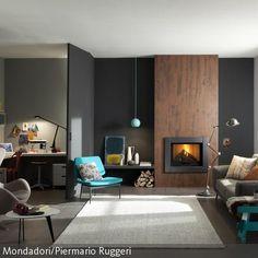 """Eine Symbiose aus nordischem und italienischem Design gepaart mit der Trendfarbe Grau: Fußboden und Wände sind schieferfarben gestrichen. Der Kamin """"Easy"""" …"""