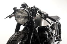 This minimalist Honda cafe racer is a quintessential Steel Bent Customs motorcycle, all the unnecessary nonsense is in the garbage leaving just a. Virago Cafe Racer, Inazuma Cafe Racer, Cafe Racer Helmet, Cafe Racer Bikes, Cafe Racer Motorcycle, Motorcycle Helmets, Scrambler, Cafe Racer Parts, Cafe Racer Girl