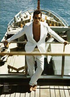 Estilo marinero. Que bien le queda este traje blanco a David Ganby