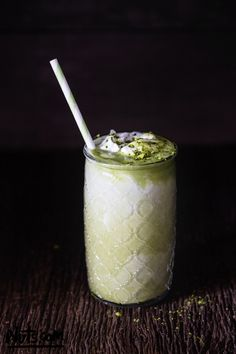 Created by a Registered Dietitian, this matcha green tea latte recipe is easy-to-make, vegan, and low in sugar. Matcha Smoothie, Smoothie Drinks, Smoothie Recipes, Tea Drinks, Smoothies, Beverages, Matcha Green Tea Latte, Matcha Green Tea Powder, Green Tea Dessert
