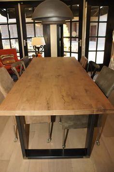 Gebakken eiken tafel met ijzeren onderstel, op maat te bestellen