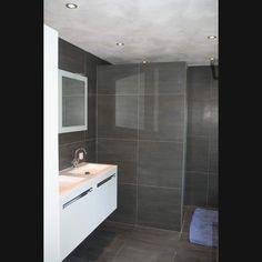 Design badkamer grijze vloertegels 60x60 op de wand en RVB kranen