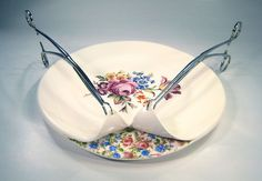 Beccy Ridsdel is a ceramicist who is interested in what really lies underneath the surface of traditional floral dinnerware. Ridsdel'sidea was i...