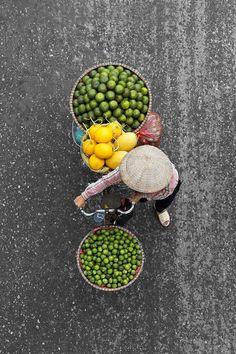 Loes Heerink photographie les Vendeurs de Rue au Vietnam (3) Aerial Photography, Book Photography, Street Photography, Lifestyle Photography, Photo Series, Photo Book, Street Vendor, Robert Doisneau, Vietnam Travel