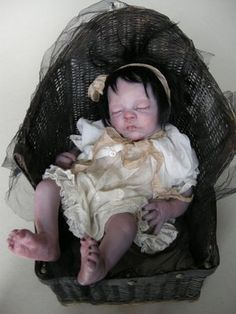 Reborn baby OOAK « AURORA », victorian tiny vampire in her vintage basket, Pièce unique réalisée par Julien Martinez