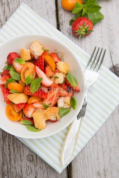 Strawberry salad with halloumi - Simone's Kitchen