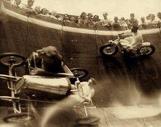 Um leão passeando no sidecar durante uma performance do Muro da Morte em Revere Beach, Massachusetts, em 1929.