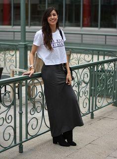 Claudia Peris is wearing Stradivarius jacket, Zara t-shirt, Stradivarius maxi skirt, Zara ankle boots, Loewe bag (midilema.com)