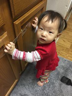 """""""엄마, 왜 문이 안 열리는지 알았어요. 이것 때문인거죠??""""  곧 테잎을 뗄 기세다"""