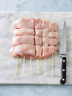 Skip the tedious threading of chicken pieces onto skewers with this guide. Its a great shortcut – and means youll be eating delicious kebabs sooner! Chicken kebabs, the easy way How to make quick chicken kebabs - New Idea Food: Recipes, Cooking & Food I Cooking Tips, Cooking Recipes, Healthy Recipes, Cooking Food, Cooking Classes, Cooking School, Healthy Food, Simple Healthy Meals, Pasta Recipes