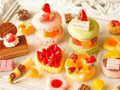 スイーツデコパーツ(H072) 20個入り デコレーションマカロン、パリブレスト、苺タルト、チョコレートケーキ、ドーナツ