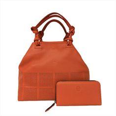 6c83da67e Bolso en piel de color naranja. Billetero de señora en la misma piel de  color naranja.