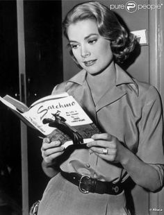 Ten Hollywood starts from the Golden Age spotted curling up with books Grace Kelly reading a Louis Armstrong biography on the set of High Society in around High Society was Kelly's last role before she flew to Monaco to marry Prince Rainier III Golden Age Of Hollywood, Hollywood Glamour, Hollywood Actresses, Classic Hollywood, Old Hollywood Style, High Society, People Reading, Woman Reading, Prince Rainier