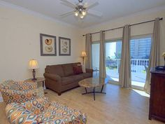 Crystal Tower 202 Gulf Shores (Alabama) Located in Gulf Shores, this apartment is 14 km from Orange Beach. The property features views of the sea is 18 km from Foley.  The kitchen is equipped with a dishwasher and an oven and there is a private bathroom. A flat-screen TV is featured.