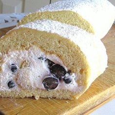 Dessert Roulades or Swiss Rolls Make Yummy Meal Enders: Polish Blueberry Roulade Recipe - Rolada z Jagodami Swiss Desserts, Swiss Recipes, No Cook Desserts, Italian Desserts, Delicious Desserts, Chocolate Chip Recipes, Mint Chocolate Chips, Roulade Recipe, Eastern European Recipes