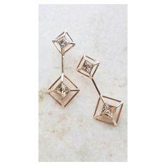 Tom sobre tom Brinco 2 pirâmides ouro com cristal silk [Compras via direct] #Copella #Swarovski #acessorios #moda #brinco