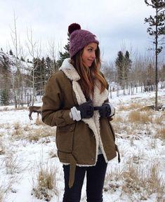 25 coiffures dont on s'inspire pour rester stylée même quand les températures baissent. Focus : avec un bonnet. Trouvé sur sincerelyjules.com