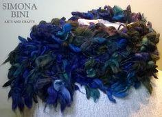 Sciarpa blu mare fatta a telaio