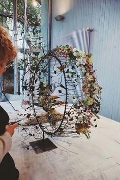 Deco Floral, Arte Floral, Floral Design, Ikebana Flower Arrangement, Flower Arrangements, Modern Floral Arrangements, Corporate Flowers, Flower Installation, Wire Flowers