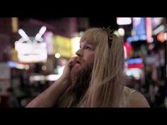DAILY VIDEO  Charlotte Free é a menina de quem se fala, por ter sido escolhida como novo rosto da Maybelline New York. Fica com o divertido vídeo e lê o artigo em http://nstylemag.com/quem-e-a-miuda-de-cabelo-rosa/