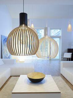 Die Hängeleuchte Octo 4240 von Secto Design orientiert sich in ihrer Gestalt deutlich an den klassischen kugeligen Lampenschirmen, um sie dann durch das besondere Material und die Verarbeitung zu revolutionieren.