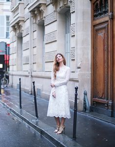 BLOG DE MODA Y LIFESTYLE: LACE DRESS IN PARIS: MI VESTIDO DE NOVIA CORTO. White lace midi dress+golden ankle strap heeled sandals+earrings. Spring Semiformal Event Outfit 2017