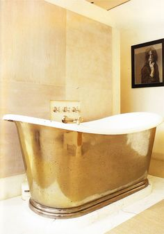 I would love to have a bathtub this big... and I would love it even more if it was gold.