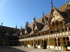 BOURGOGNE | HOSPICES DE BEAUNE ■ C'est en 1443, à la fin de la guerre de Cent Ans, après avoir hésité entre Autun et Beaune, que Nicolas Rolin, richissime chancelier du duc Philippe III de Bourgogne (Philippe le Bon, souverain de l'État bourguignon), et son épouse Guigone de Salins fondent les hospices de Beaune, un Hôtel-Dieu richement doté