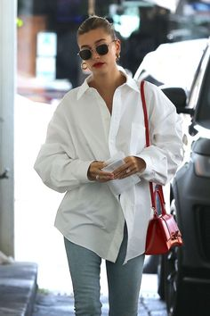 Hailey Bieber donning embellished black open toe sandals with high heel Street Style Outfits, Looks Street Style, Autumn Street Style, Looks Style, Mode Outfits, Casual Outfits, Look Fashion, Denim Fashion, Winter Fashion
