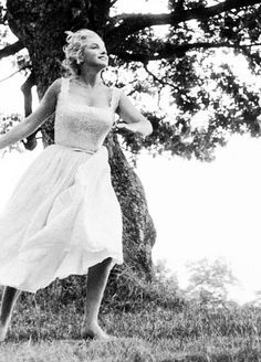 Marilyn at Roxbury, Connecticut. Photo by Sam Shaw, May 1957.