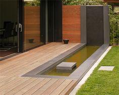 Wasserbecken im Garten