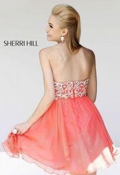 Las espaldas escotadas, las cinturas hiper ce�idas y las faldas en forma de campana son una constante en la nueva colecci�n de vestidos de fin de curso de Sherri Hill.