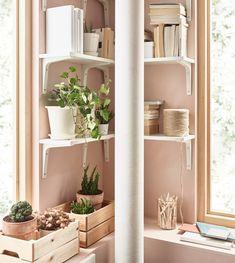 Hylleløsninger fra IKEA kan hjelpe deg å utnytte plassen maksimalt. Du kan for eksempel plassere vegghyller på kronglete steder som i hjørner og over vinduer. Ei hvit EKBY ØSTEN vegghylle og en EKBY STÖDIS hylleknekt skaper rene, moderne linjer i et fredfylt, gammelrosa rom.