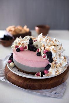 Vadelma-lakritsijuustokakku - Leivontablogi Makeaa Desert Recipes, Deserts, Birthday Cake, Party, Food, Summer, Mascarpone, Summer Time, Birthday Cakes