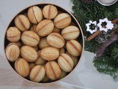 Das perfekte Russische Oreschki oder auch Zaubernüsse-Rezept mit einfacher Schritt-für-Schritt-Anleitung: Eigelb vom Eiweiß trennen und mit dem Zucker…