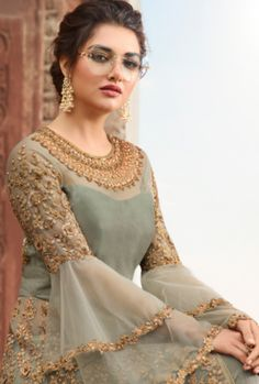 Olivgrüner Overall mit verziertem Lehenga / Hosenanzug - Designer Dresses Short Pakistani Dresses Casual, Indian Gowns Dresses, Pakistani Bridal Dresses, Pakistani Dress Design, Pakistani Pant Suits, Pakistani Mehndi Dress, Wedding Sarees, Wedding Dresses, Designer Party Wear Dresses