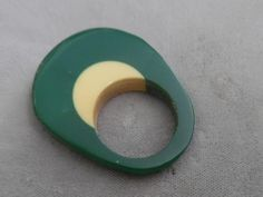 PRETTY BAKELITE RING WITH DK GREEN & YELLOW COLOR
