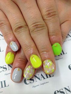 Uñas en gris, beige, amarillo y verde fluor, decoradas con rombos y micro perlitas doradas - Uñas Pasión