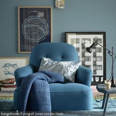 Türkis wie das Meer schimmert der Viskose-Teppich, auf dem der gemütliche Sessel zu schwimmen scheint. Die Farbe Blau schafft Harmonie und träumerische  …