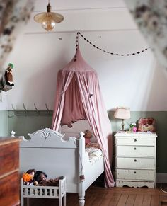 Lovely blogger @volanglinda shares some inspiration for children's rooms.✨ Link in profile. Picture by @emmasundh.
