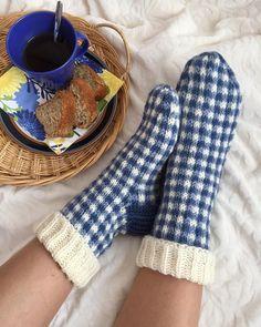 """Ann-Catrin on Instagram: """"S ö n d a g 💙✨ och tid att mysa i gingham-rutiga sockor. Jättesköna och snabbstickade 💙💙 Mönstret är designat av @lumikarmitsa och finns i…"""" Mittens, Slippers, Socks, Knitting, Instagram, Fashion, Fingerless Mitts, Moda, Tricot"""