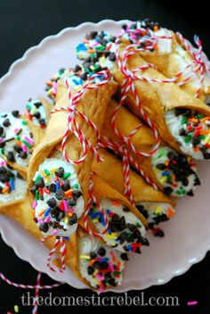 Birthday Cake Cannolis-premade cannoli shells filled with ricotta, funfetti cake mix and an assortment of other wondrous flavors Birthday Cake Cannolis-premade cannoli shells filled with ricotta, funfetti cake mix and… Just Desserts, Delicious Desserts, Dessert Recipes, Yummy Food, Italian Desserts, Food Cakes, Cupcake Cakes, Cupcakes, Funnel Cakes