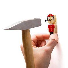 Bu küçük pinokyo ve çekiç, çivi çakarken masum parmaklarınızı korur