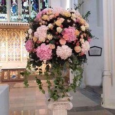 We're loving this #white & #pink floral arrangement! #wedding #flowers #weddingday #trendybride #chicwedding #weddingflower #flowerdetail⠀#weddingblooms #flowerstagram #floristry #florist #flowerphotograph #flowergram #flowersforweddings