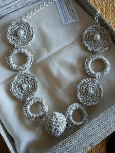 Collana realizzata con cotone bianco e lurex oro